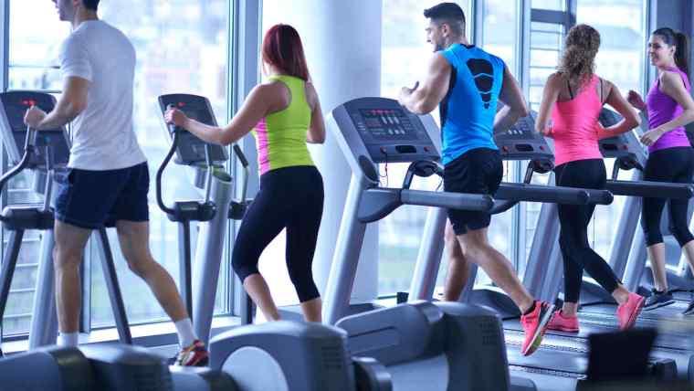 personas-ejercitando-gimnasio-caminadoras