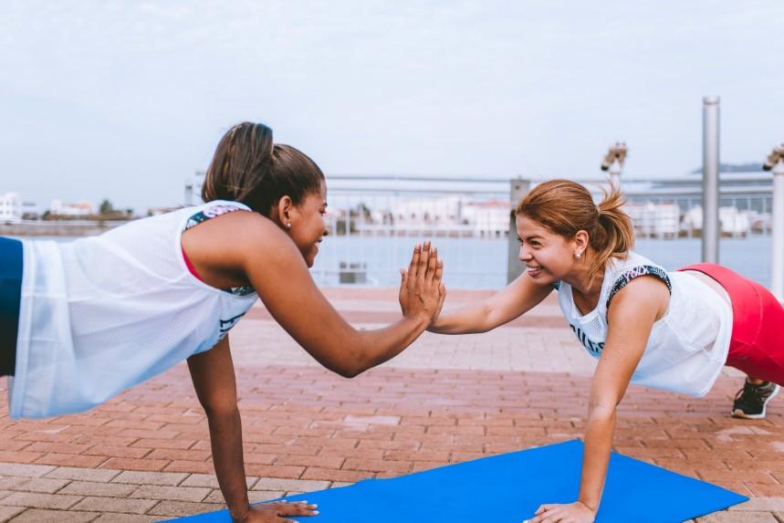 Zwei-Frauen-Trainieren