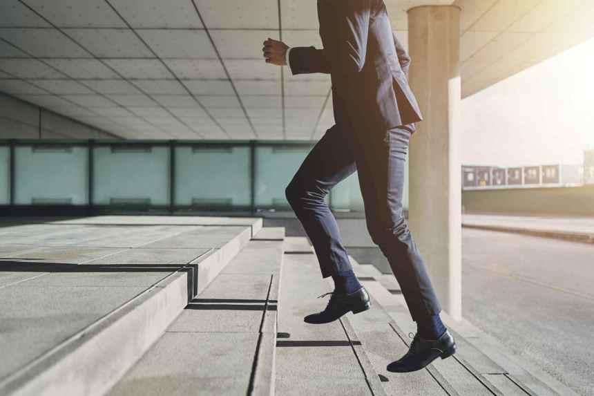 Business-Männer-Laufen-Treppen