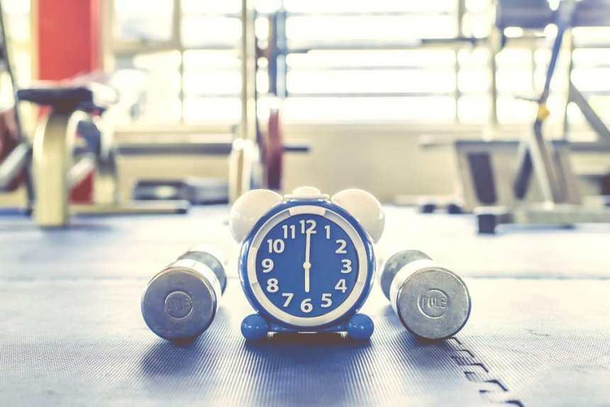 Uhr-am-frühen-Morgen-im-Fitnessstudio