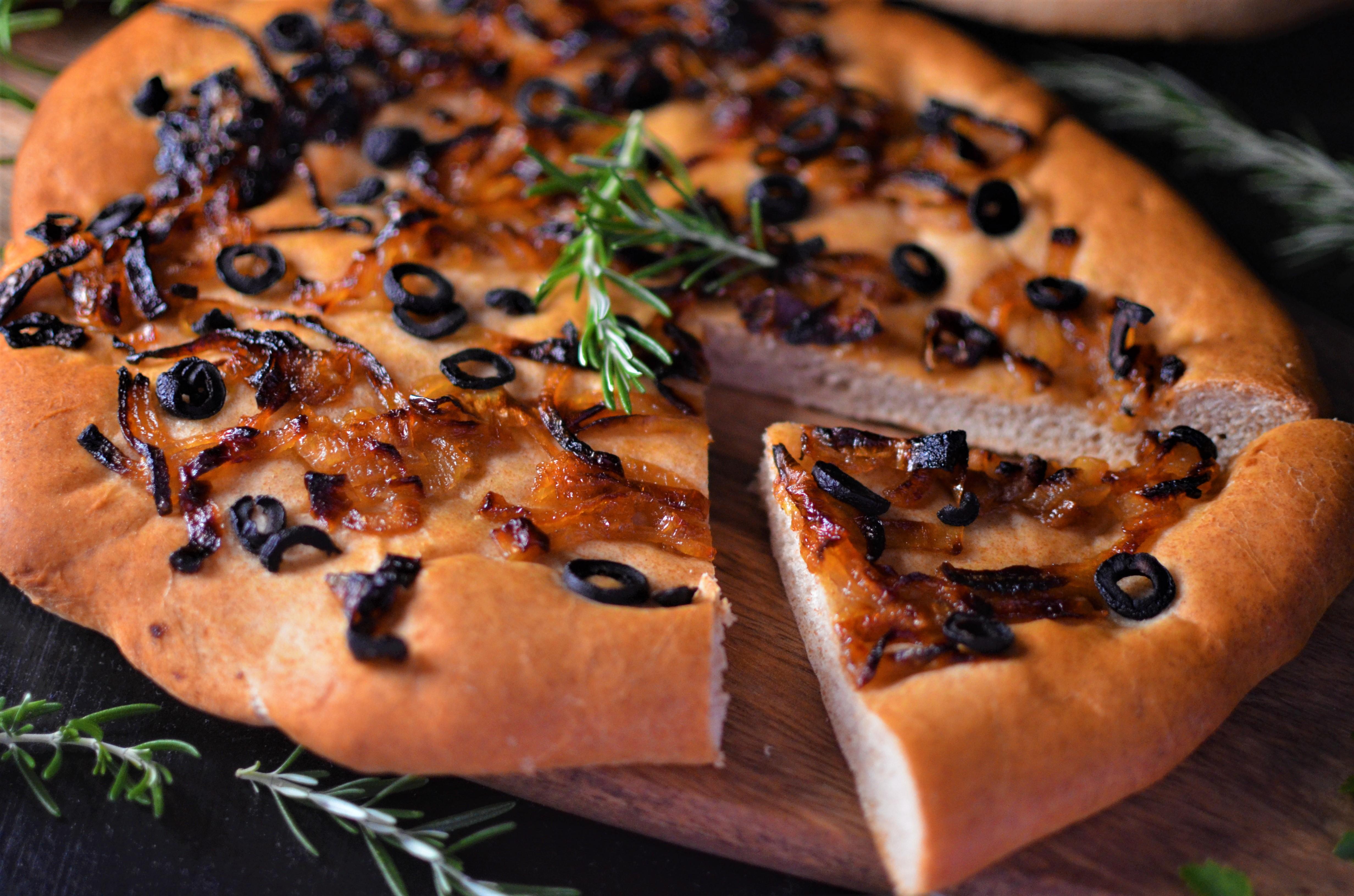 Rezept: Gesundes Focaccia mit karamellisierten Zwiebeln und Oliven