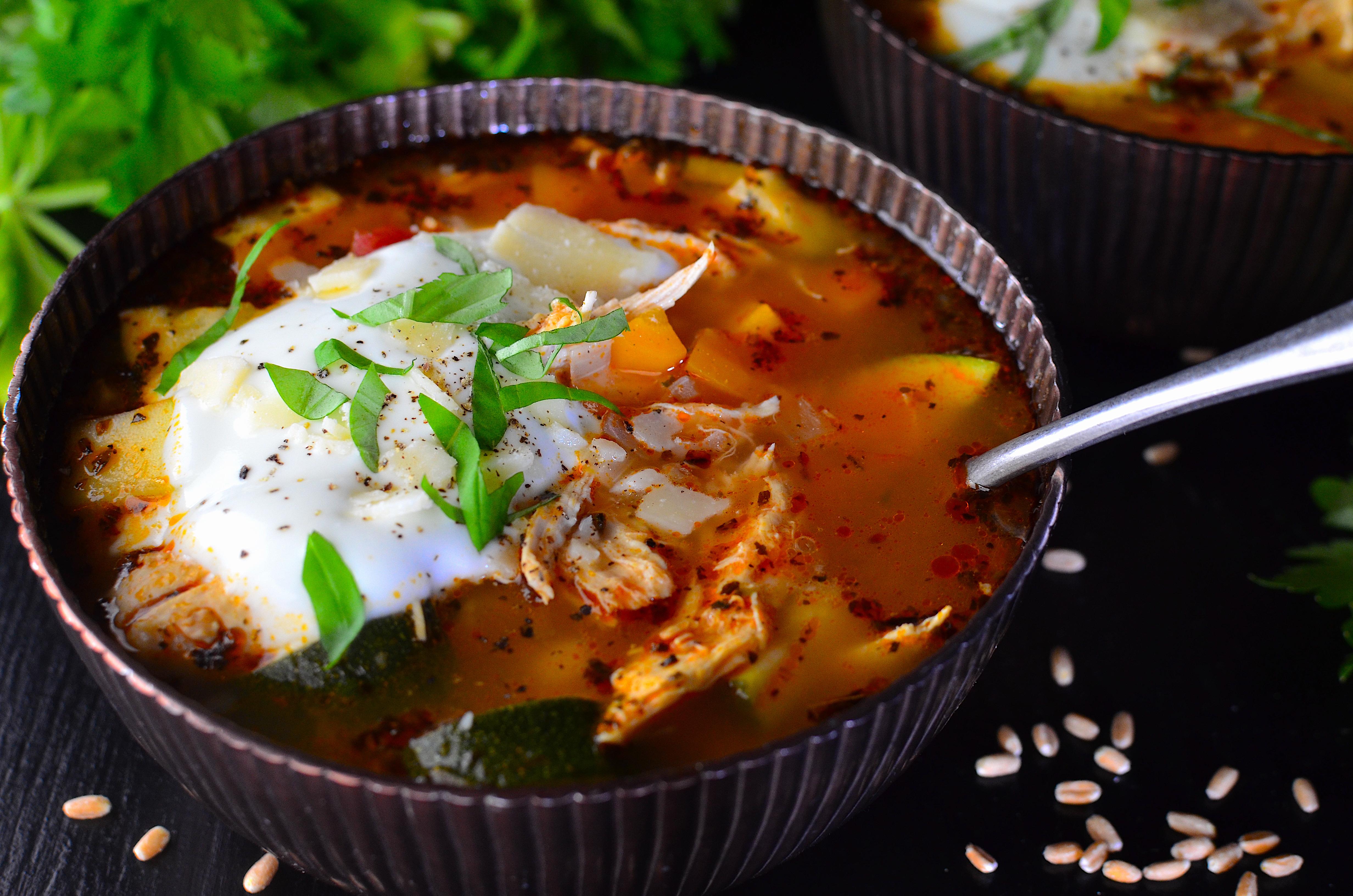 Rezept: Sommerliche Gemüsesuppe mit Hähnchen